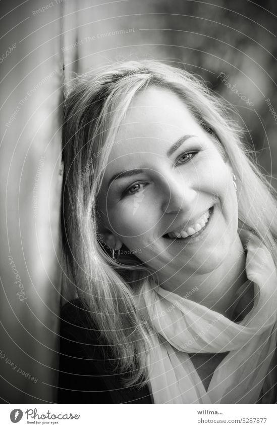 Blonde junge lachende Frau mit Blick in die kamera feminin Junge Frau Jugendliche Halstuch blond langhaarig Lächeln Freundlichkeit Fröhlichkeit ruhig Porträt