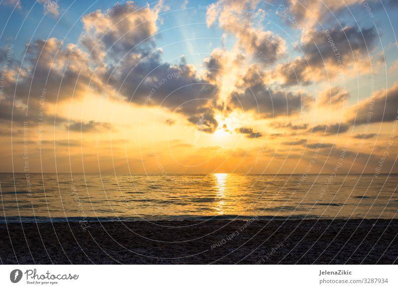 Wunderschöner Sonnenuntergang über dem Meer exotisch Ferien & Urlaub & Reisen Tourismus Abenteuer Freiheit Sommer Sommerurlaub Strand Insel Wellen Natur
