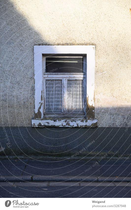 Fenster Häusliches Leben Haus trashig trist Nostalgie früher Schatten Farbfoto Außenaufnahme Textfreiraum oben Textfreiraum unten