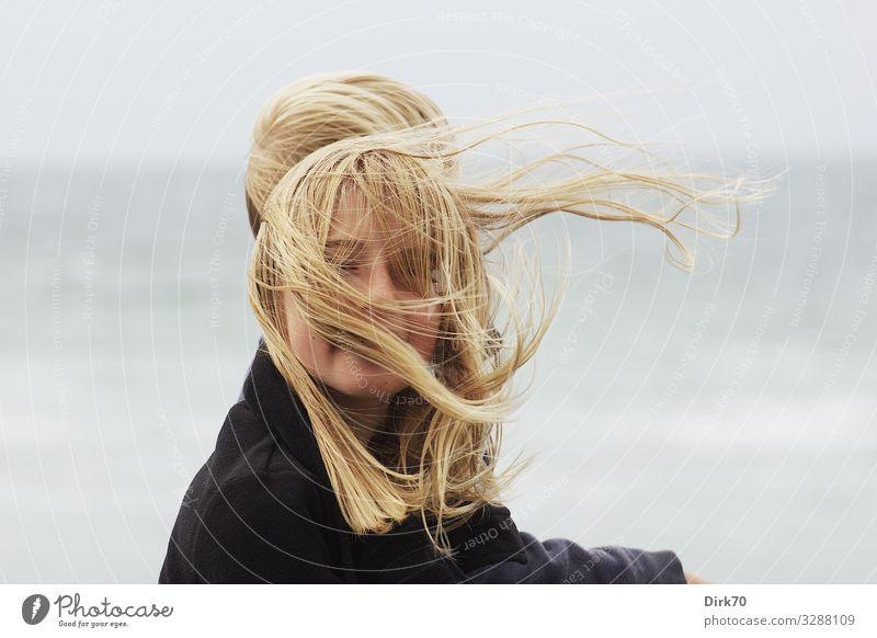 Windverweht - Porträt eines langhaarigen Mädchens im Wind Kind Mensch Ferien & Urlaub & Reisen Natur Sommer Meer Freude Strand Gesicht natürlich feminin Küste