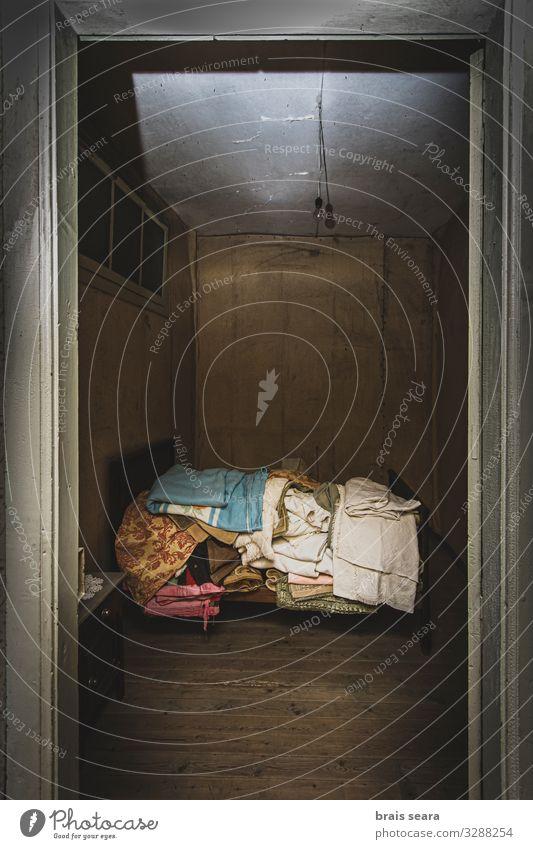 Verlassener Raum Haus Schlafzimmer Altstadt Ruine Gebäude Architektur Mauer Wand Holz alt Traurigkeit Armut dreckig dunkel gruselig historisch retro trist