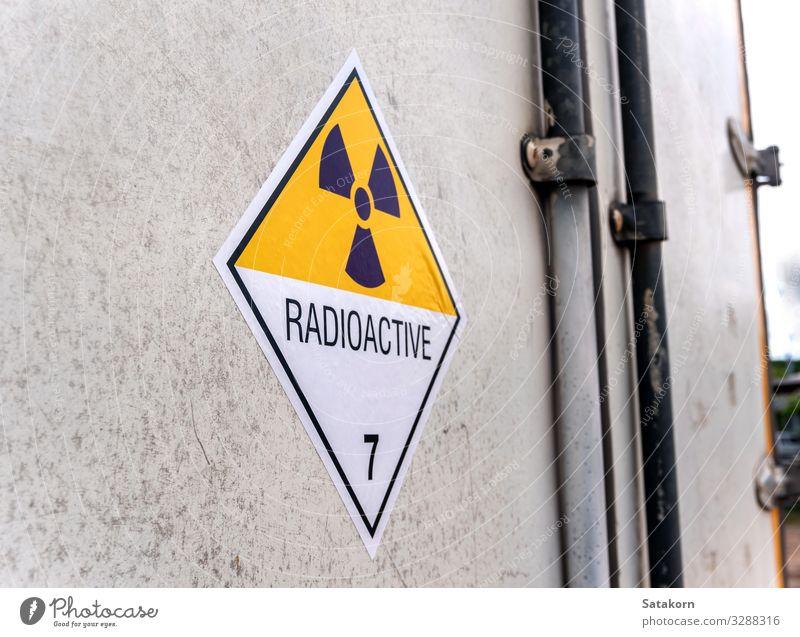 Strahlungswarnschild auf dem Etikett des Transportwagens Industrie Umwelt Verkehr Lastwagen Container Zeichen Schilder & Markierungen Hinweisschild Warnschild