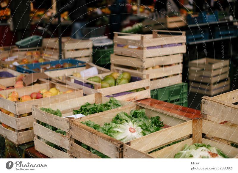 Wochenmarkt Lebensmittel Frucht frisch kaufen Gemüse Bioprodukte Markt Marktstand Holzkiste Obst- oder Gemüsestand