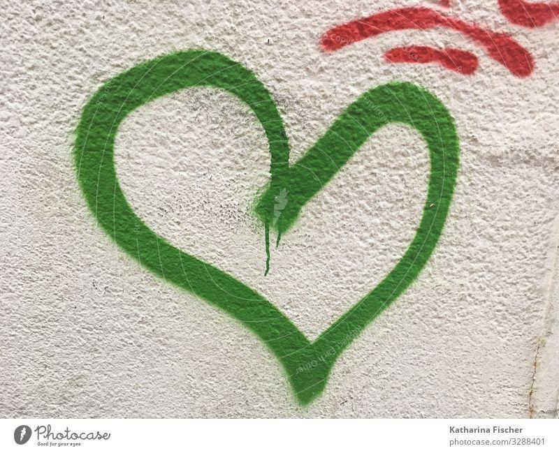 grünes Herz / Hoffnung Stadt Stadtzentrum Menschenleer Mauer Wand Fassade Stein Beton Zeichen Schriftzeichen Graffiti Freundlichkeit Fröhlichkeit grau weiß