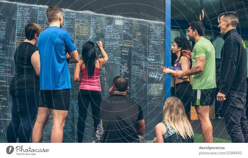 Sportlerin schreibt die Ergebnisse an die Wandtafel der Sporthalle Lifestyle Tafel Schüler Mensch Frau Erwachsene Mann Menschengruppe Fitness Lächeln sportlich