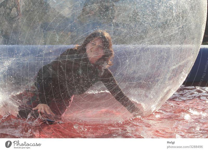für bit.it - lachende junge Frau hat Spaß in einer Kunststoffkugel im Wasserbecken Mensch langhaarig brünett freundlich Bubble Freude Bewegung Fröhlichkeit