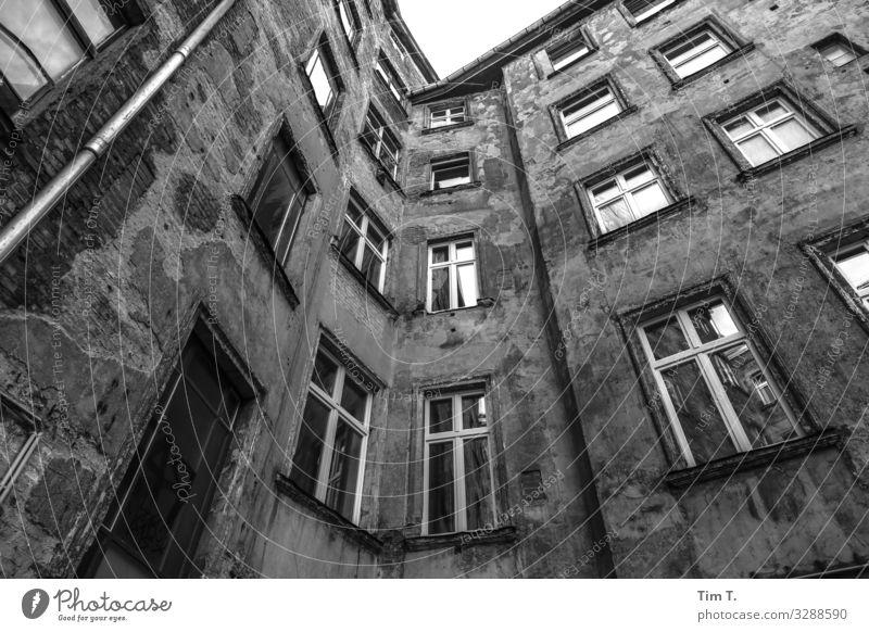Hinterhof Berlin Prenzlauer Berg Stadt Hauptstadt Stadtzentrum Altstadt Menschenleer Haus Bauwerk Gebäude Architektur Mauer Wand Fenster Häusliches Leben Altbau