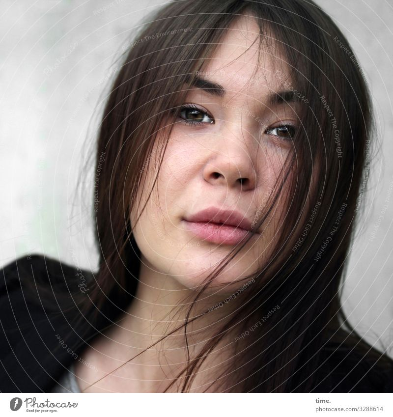 Yuliya feminin Frau Erwachsene 1 Mensch Jacke brünett langhaarig beobachten Blick Leidenschaft Romantik Wachsamkeit Neugier Interesse Überraschung entdecken