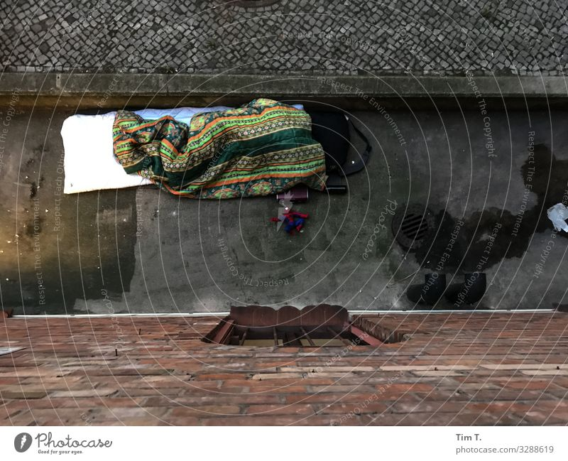 Obdachlos Berlin Stadt Hauptstadt Stadtzentrum Fußgängerzone Menschenleer Häusliches Leben Zukunft Zusammenhalt Armut obdachlos Farbfoto Außenaufnahme