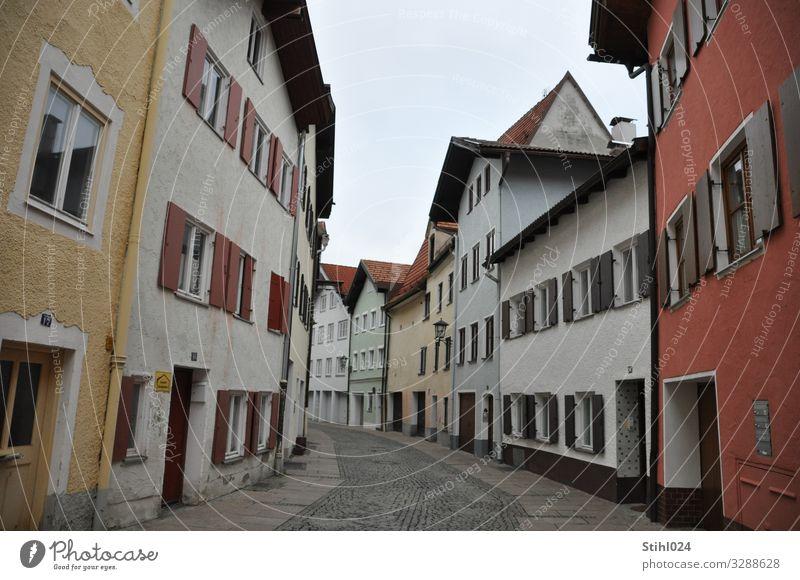 Altstadt in Füssen Bayern Kleinstadt Menschenleer Haus Häuserzeile Fassade Fenster Fensterladen Straße Kurve Stein Häusliches Leben alt lang Stadt blau braun
