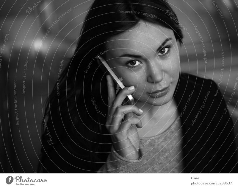 Yuliya Telefon Handy Technik & Technologie feminin Frau Erwachsene 1 Mensch Pullover Jacke brünett langhaarig beobachten festhalten hören Blick Telefongespräch