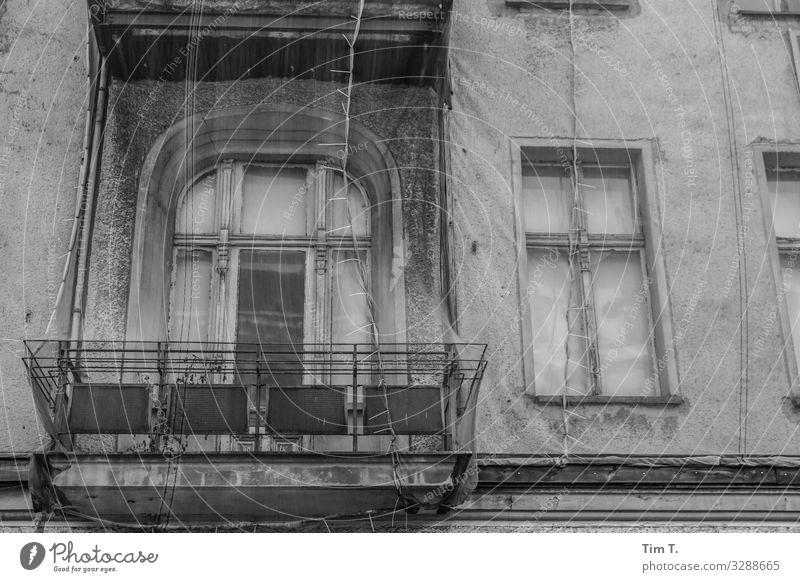 Berlin Mitte Berlin-Mitte Stadt Hauptstadt Stadtzentrum Altstadt Fußgängerzone Menschenleer Haus Fassade Balkon Fenster stagnierend Häusliches Leben Altbau
