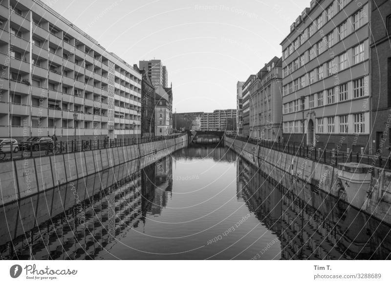 Berlin Mitte Berlin-Mitte Stadt Hauptstadt Stadtzentrum Skyline Menschenleer Haus Bauwerk Gebäude Einsamkeit Perspektive skurril Wasser Kanal Schwarzweißfoto