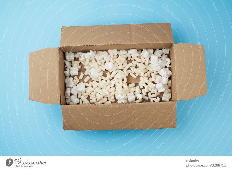 offene rechteckige braune Pappschachtel Handwerk Business Gesäß Verkehr Container Papier Verpackung Paket blau gelb weiß schäumen Brotbelag Hintergrund beige