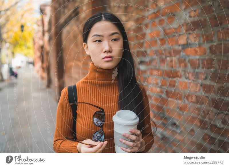 Asiatische Frau mit einer Tasse Kaffee in der Hand. Getränk trinken Lifestyle Glück schön Erholung Mensch Erwachsene genießen Lächeln Fröhlichkeit heiß modern