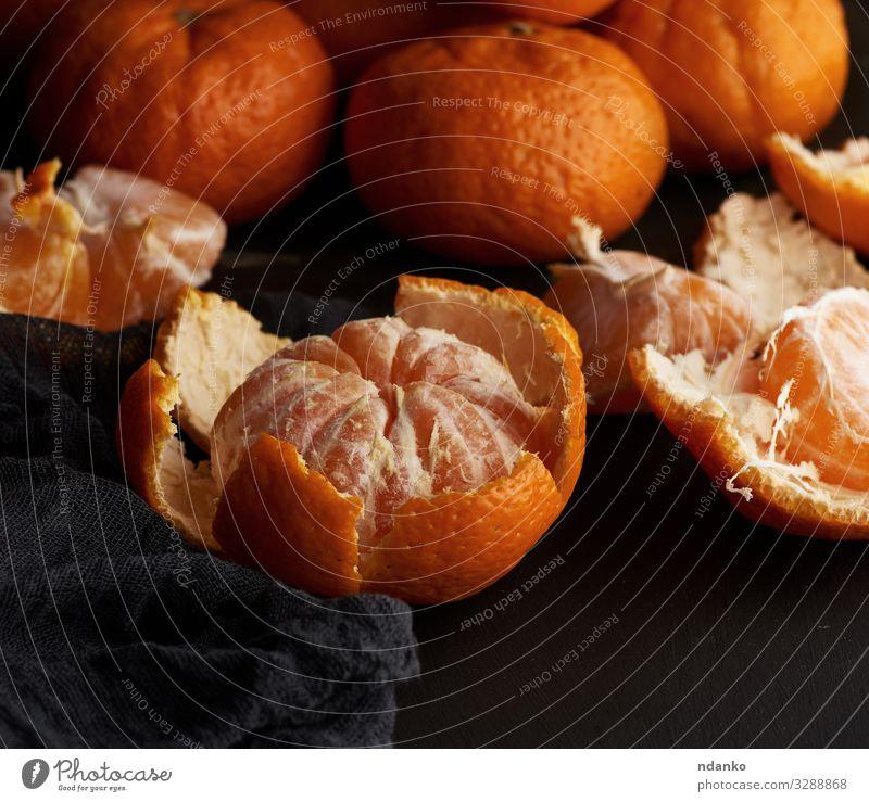 geschälte runde, reife Mandarinen Frucht Dessert Ernährung Vegetarische Ernährung Saft Tisch Holz frisch natürlich saftig gelb schwarz Zitrusfrüchte