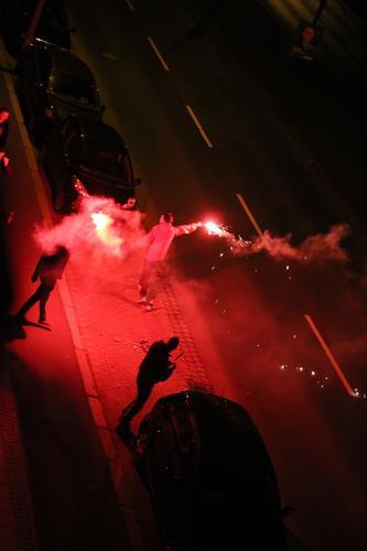 Böllern Freizeit & Hobby Nachtleben Party Feste & Feiern Silvester u. Neujahr Mensch Junger Mann Jugendliche 3 Jugendkultur Subkultur Winter Stadt Straße