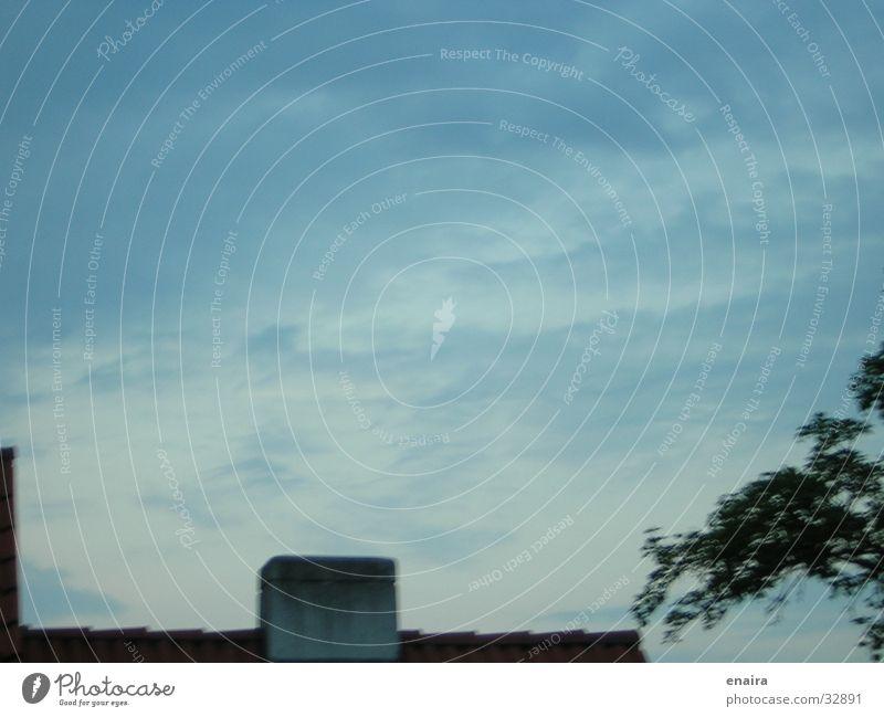 Himmel über den Dächern blau Wolken Ferne Freiheit Schornstein Abenddämmerung