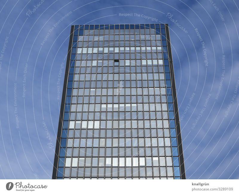 Lüften Himmel Wolken Haus Hochhaus Fassade Fenster hoch Stadt blau grau Häusliches Leben Farbfoto Außenaufnahme Menschenleer Textfreiraum links