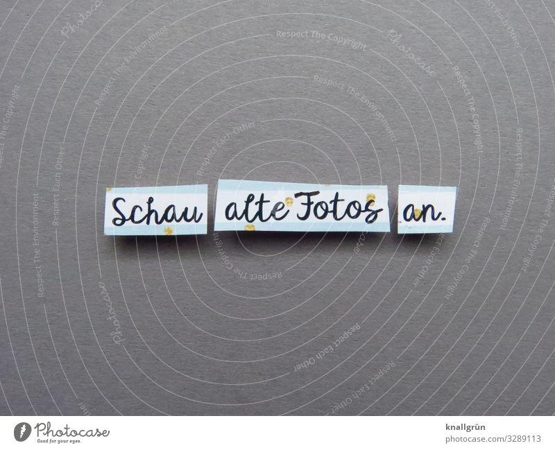 Schau alte Fotos an. Schriftzeichen Schilder & Markierungen Kommunizieren grau schwarz weiß Gefühle Geborgenheit Neugier Interesse entdecken Freude Kindheit