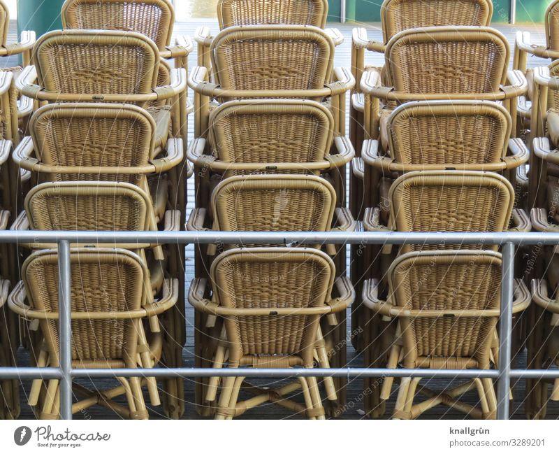 Winterpause Stuhl stehen braun silber Ordnungsliebe Pause stagnierend Korbstuhl Stapel Gastronomie aufeinander Farbfoto Außenaufnahme Menschenleer