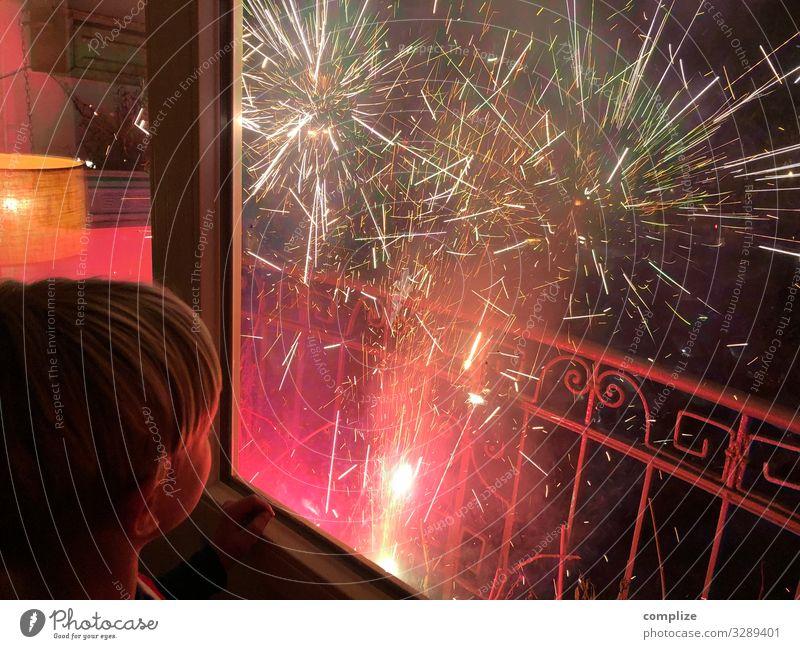 Silvester 2021 Sekt Prosecco Champagner Entertainment Party Feste & Feiern Silvester u. Neujahr Kind Blick Glück Häusliches Leben Wunsch Rakete Lichteffekt