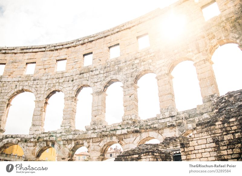 Amphitheater Pula Stadt grau weiß Gegenlicht Stein Bauwerk Römer Kroatien Reisefotografie Architektur entdecken Farbfoto Außenaufnahme Menschenleer