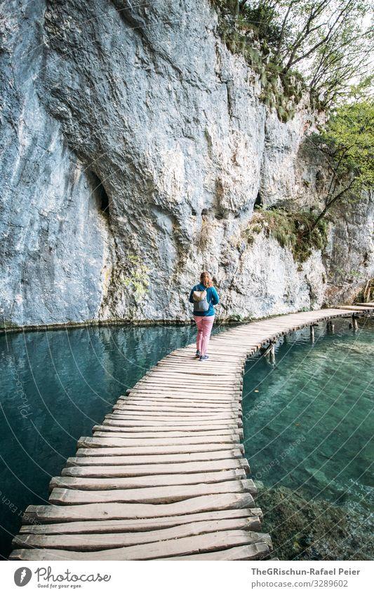 Plitvice lakes Natur blau türkis weiß Steg laufen Frau Felsen Nationalpark Kroatien Bekanntheit See klares wasser Wasser Tourismus Winnetou plitvicer seen