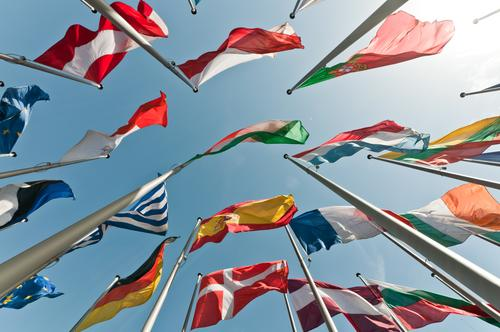 Gipfeltreffen Ferien & Urlaub & Reisen schön Freiheit außergewöhnlich hoch Europa Perspektive Macht viele Bildung Fahne Zusammenhalt Wolkenloser Himmel