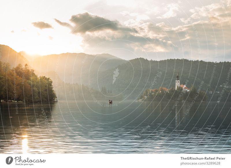 Lake Bled Umwelt Natur gelb gold weiß Slowenien lake bled bleder see Wasser See Gegenlicht Sonnenuntergang Küste Insel Wasserfahrzeug Tourismus Reisefotografie