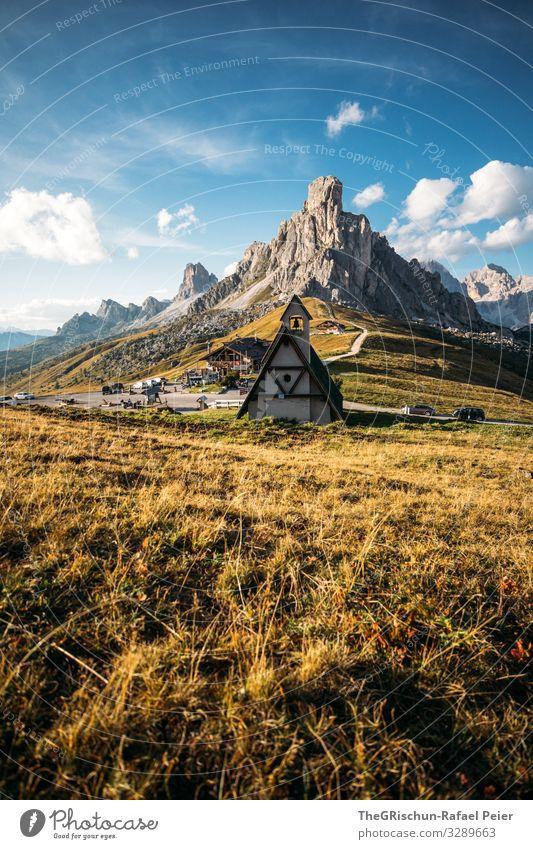 Kirche auf dem Passo die Giau Südtirol Berge u. Gebirge Wolken Landschaft Licht Abend Sonne Natur blau Gras Himmel Wiese Außenaufnahme Straße passstraße grün