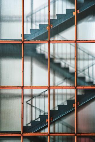 Treppenhaus blau Stadt Architektur orange grau Hochhaus ästhetisch