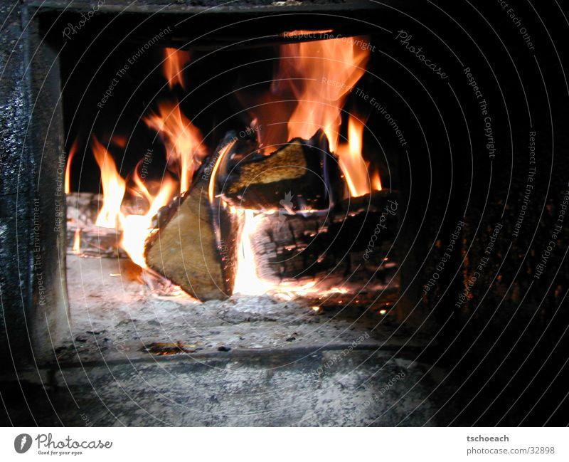Kaminfeuer im Winterquartier Wärme Holz Brand Europa Hütte Österreich Kamin Rascheln Skihütte