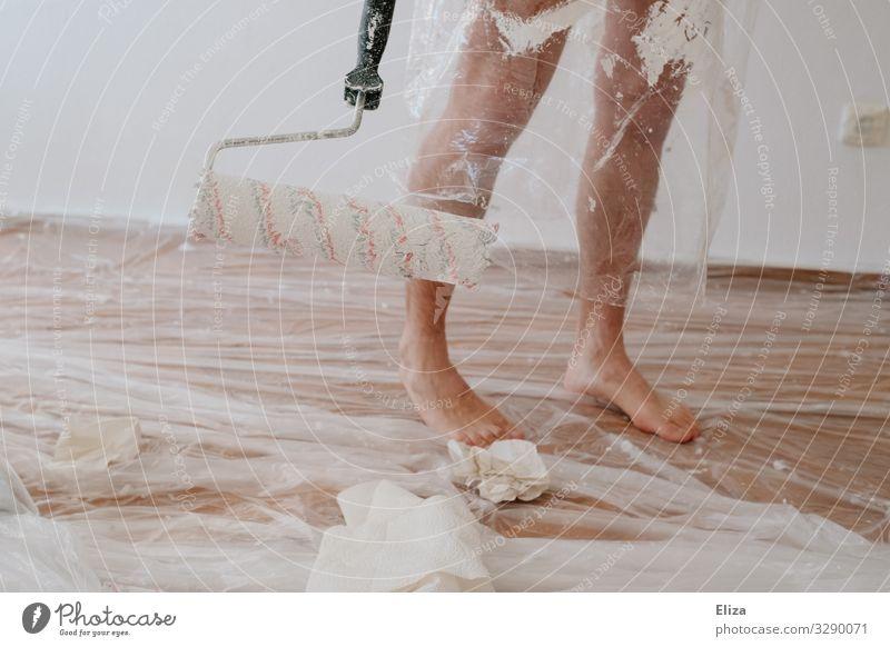 Schmierfink Beine Fuß nackt malern streichen Anstreicher Malerplane malerrolle Renovieren Farbe Farbfleck beschmiert bedeckt Umzug (Wohnungswechsel) Abdeckung