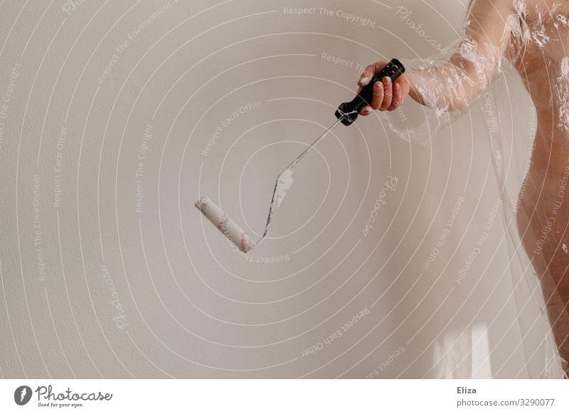 Ein nackter Mann mit einer Malerrolle in der Hand beim Streichen einer Wohnung, Malern, Umzug, renovieren Haut heimwerken Renovieren Umzug (Wohnungswechsel)