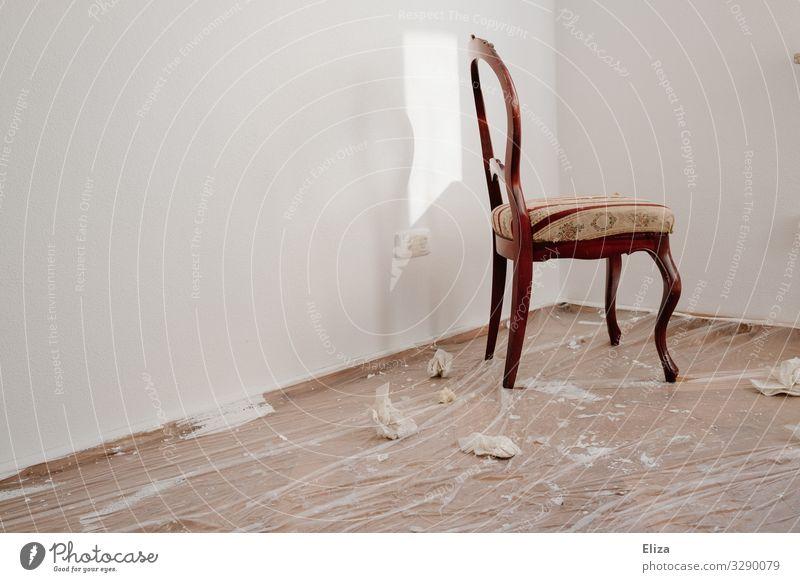 Stuhl im Raum Mauer Wand Umzug (Wohnungswechsel) Renovieren Malerplane streichen Boden Farbe leer vergangen Farbfoto Textfreiraum links Textfreiraum unten