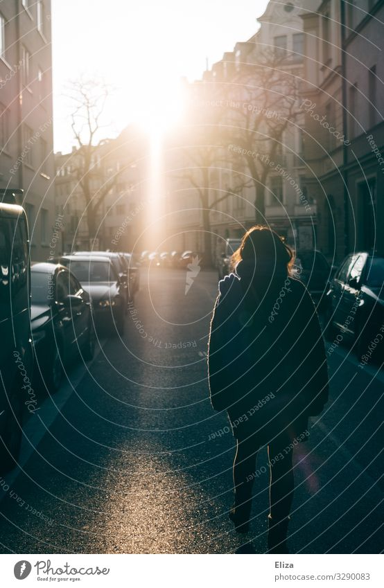 Frau im Gegenlicht feminin Junge Frau Jugendliche 13-18 Jahre 18-30 Jahre Erwachsene gehen Lebensfreude Sonnenlicht Straße PKW Wege & Pfade Spaziergang Herbst