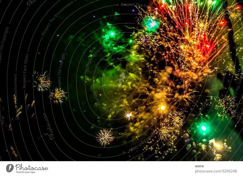 Glowing firecrackers in the sky at New Years Eve Nachtleben Veranstaltung Silvester u. Neujahr Theaterschauspiel Konzert Open Air lustig mehrfarbig