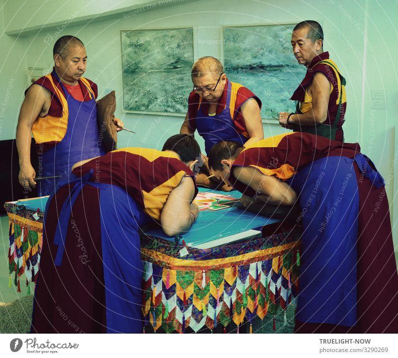 5 Mönche des Tibet Exil Kloster Sera-Jey bei der rituellen Gestaltung eines Sand Mandalas nach traditionellem Muster mit farbigen Sand Körnern Lifestyle