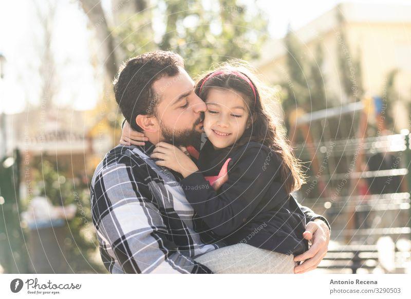 Vater küsst Tochter Lifestyle Kind Mensch Mann Erwachsene Eltern Familie & Verwandtschaft Park Vollbart Küssen Lächeln Liebe Umarmen umarmend bärtig