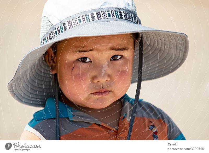 Sunnyboy maskulin Kind Kleinkind Junge Kopf Auge Nase Mund 1 Mensch 1-3 Jahre Natur Mongolei Asien T-Shirt Hut Sonnenhut schwarzhaarig Blick authentisch