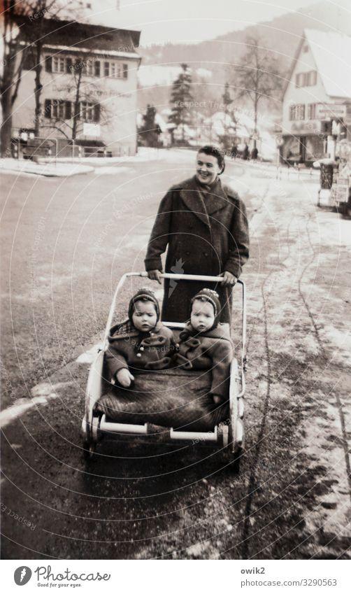 Schiebung Junge Frau Jugendliche Mutter Erwachsene Kindheit 3 Mensch Winter Eis Frost Haus Fenster Freundlichkeit Fröhlichkeit Sympathie Liebe Vergangenheit