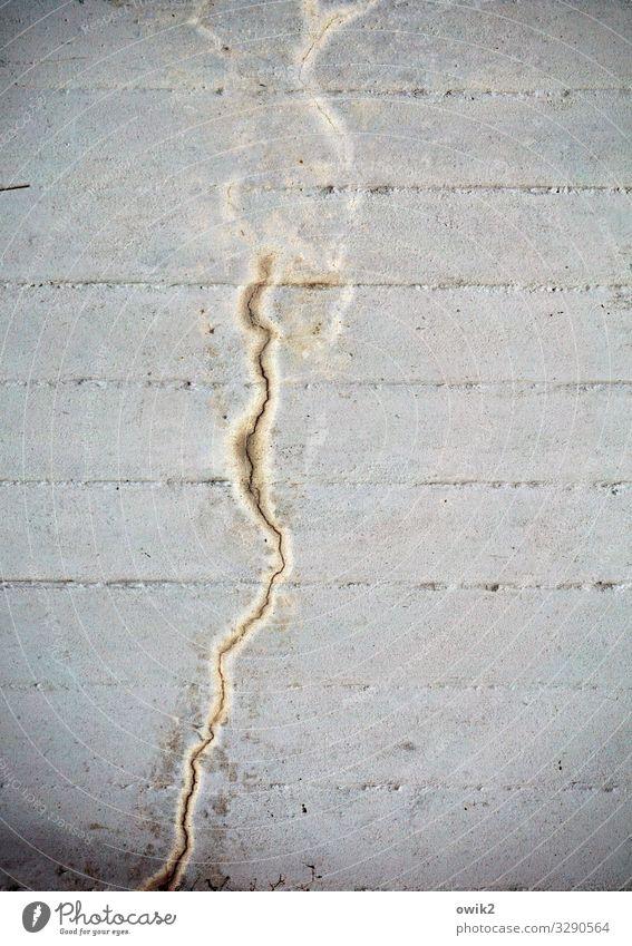 Mäander Mauer Wand Beton einfach fest grau Schliere Spuren Abfluss hart unklar Farbfoto Gedeckte Farben Außenaufnahme Strukturen & Formen Menschenleer