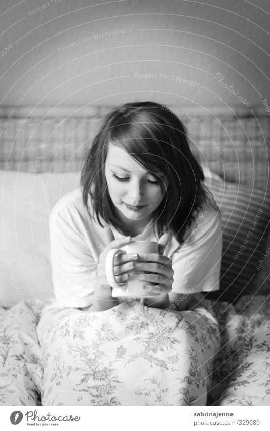 kaffee Mensch feminin 1 18-30 Jahre Jugendliche Erwachsene müde Müdigkeit Kaffee Bettwäsche aufstehen Morgen Schwarzweißfoto Innenaufnahme Tag Blick nach unten