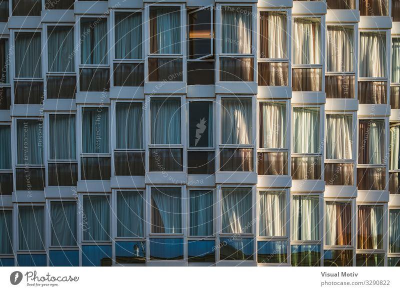 Eklektisch verglaste Fassade eines städtischen Gebäudes Architektur Fenster Glas Kristalle Blick ästhetisch authentisch gigantisch trendy schön Neugier
