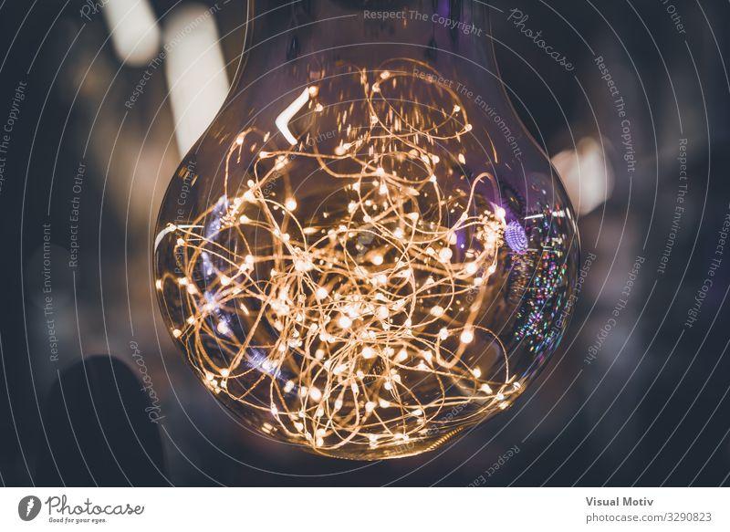 Riesenglühbirne mit Lichtgirlanden im Inneren Technik & Technologie Unterhaltungselektronik Fortschritt Zukunft Kunstwerk Blitze Sammlung Sammlerstück Glas