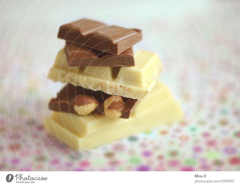 Stapel Lebensmittel Süßwaren Schokolade Ernährung Übergewicht lecker süß Gefühle Völlerei Genusssucht ungesund Haselnuss Schokoladenbruch weiße Schokolade