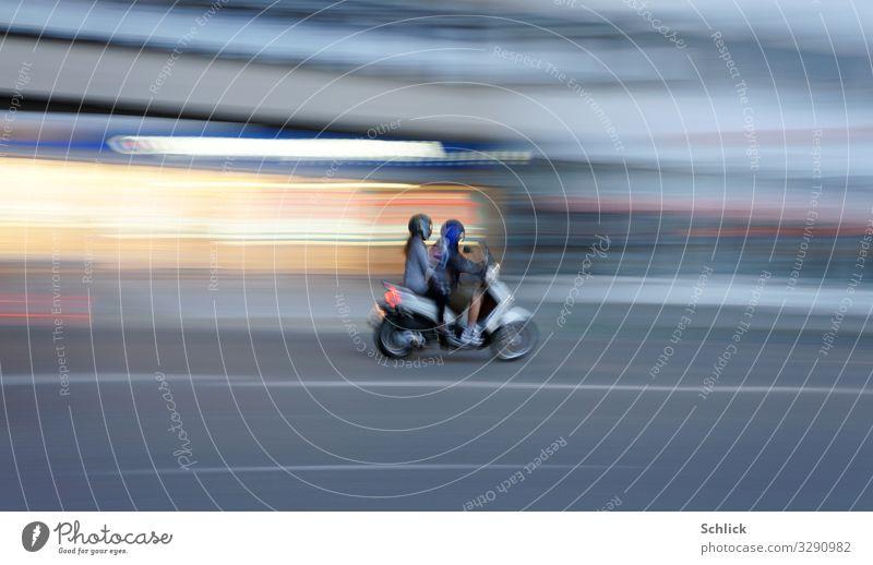 jung Leben Mensch maskulin feminin Junge Frau Jugendliche Junger Mann 2 13-18 Jahre Stadt Schaufenser Verkehr Personenverkehr Straßenverkehr Asphalt Mittellinie