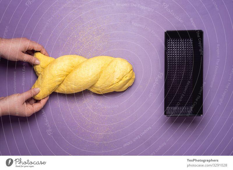 Maisbrot backen. Formbrot und Maisbrotteig Portugiesisches Brot Teigwaren Backwaren Brötchen Vegetarische Ernährung Pfanne Gesunde Ernährung Hand machen