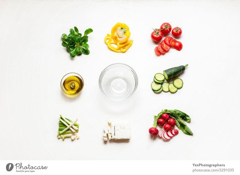 Salatzutaten und leere Schüssel. Herstellung von Sommersalat. Kochen Lebensmittel Käse Gemüse Salatbeilage Essen Abendessen Bioprodukte Diät Schalen & Schüsseln
